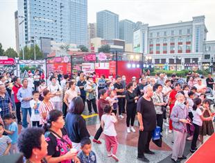 济南洪楼广场举办草本养生节大型活动最小地,著名主持人现场打Call